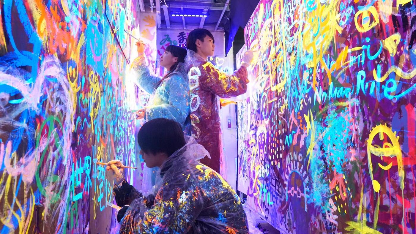ブラックライト版free art wallを行なっている様子